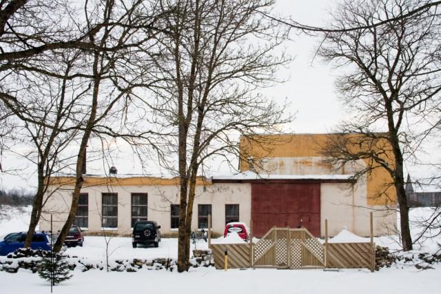 Byggnaden är en gammal rysk cementfabrik.